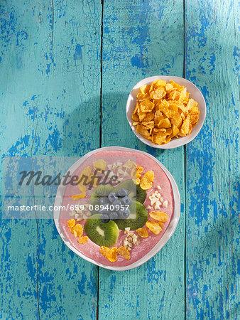 Strawberry yoghurt smoothie bowl