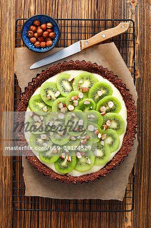 Chocolate tart with vanilla cream and kiwi