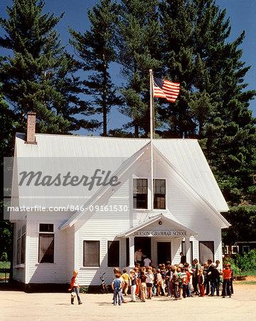 1980s CHILDREN ASSEMBLED OUTSIDE GRAMMAR SCHOOL JACKSON NEW HAMPSHIRE USA