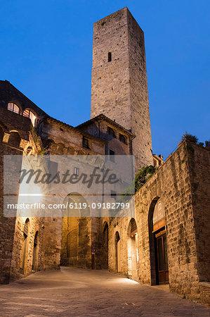 Dusk view of Torre dei Cugnanesi, San Gimignano, UNESCO World Heritage Site, Tuscany, Italy, Europe
