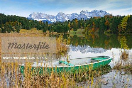 Boat on Lake Geroldsee with Karwendel Mountains, near Garmisch-Partenkirchen, Werdenfelser Land, Upper Bavaria, Bavaria, Germany