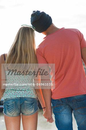 teenage-girls-holding-hands