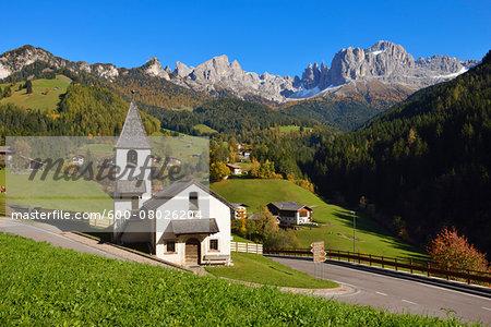 The Little Church San Cipriano, San Cipriano (view towards Catinaccio, Rosengarten), in autumn, UNESCO World Heritage, Tiers, Val di Tires, Tierser Tal, Bolzano District, Trentino-Alto Adige, South Tyrol, Dolomites, Italy
