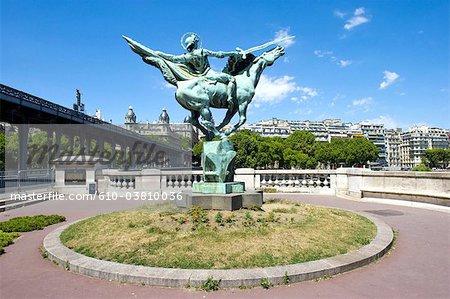 France, Paris (75), Ile de France, pont de Bir Hakeim and la France renaissante