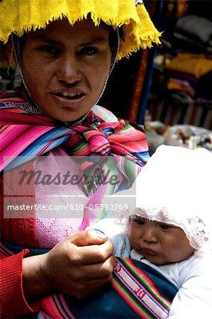 Peru, Pisac, market, woman and her child