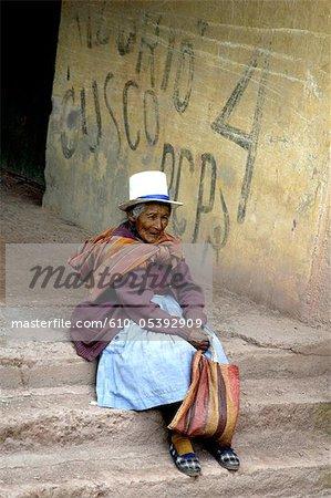 Peru, Vilcanota cordillera, sitting woman