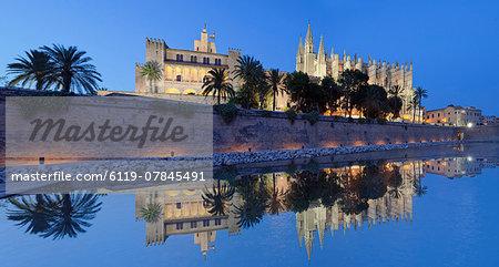 Cathedral of Santa Maria of Palma (La Seu) and Almudaina Palace at Parc de la Mar, Palma de Mallorca, Majorca (Mallorca), Balearic Islands, Spain, Mediterranean, Europe