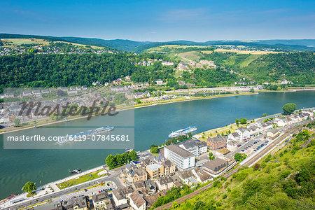 Cruise ship passes St. Goarshausen on the River Rhine, Rhine Gorge, UNESCO World Heritage Site, Germany, Europe