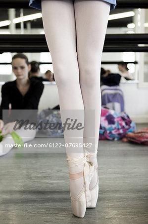 Legs of ballet dancer en pointe