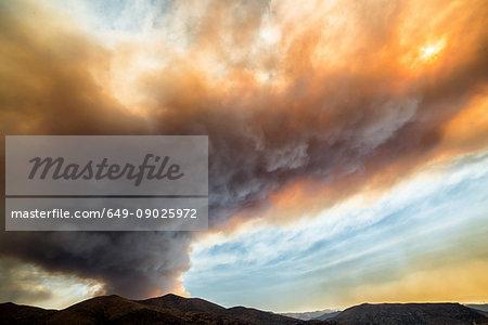 Smoke plumes billowing from sand fire, Santa Clarita, California, USA