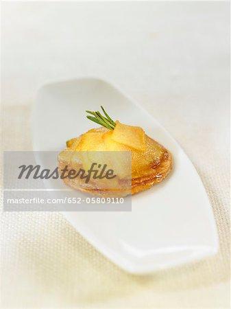 Apple mini tatin tart with rosemary and cinnamon