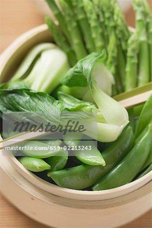 Pak choi, sugar snap peas & asparagus in bamboo steamer (Asia)