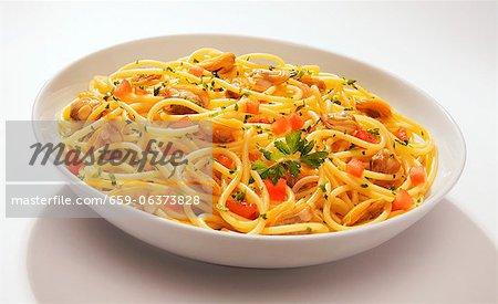 Spaghetti vongole e pomodorini (pasta with Venus clams)