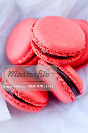 Raspberry macaroons with chocolate cream