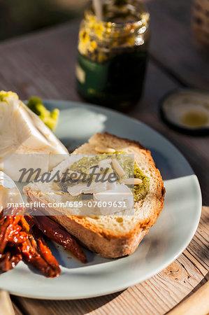 Bruschetta al pesto e formaggio (toast with pesto and Camembert)