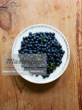 Blueberrys in bowl on wood
