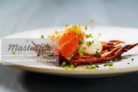 Vitelotte Rösti (fried Swiss potato cakes) with crème fraîche and salmon