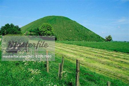 Silbury Hill, a Stone Age burial mound, Wiltshire, England, United Kingdom, Europe