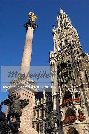 Statue of the Virgin Mary and the Neues Rathaus, Marienplatz, Munich (Munchen / Muenchen), Bavaria (Bayern), Germany