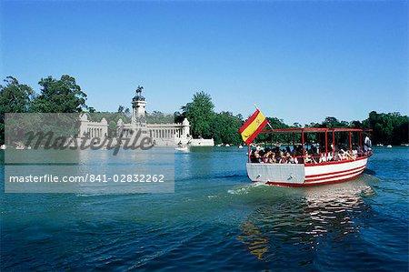 Tourist boat on lake, Parque del Retiro, Madrid, Spain, Europe