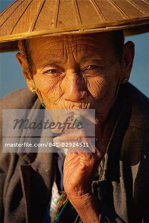 Old woman with cheroot, Ywama, Shan State, Inle Lake, Myanmar (Burma), Asia