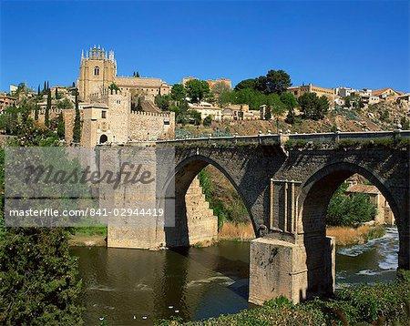 The old gateway bridge over the river and the city of Toledo, Castilla la Mancha, Spain, Europe