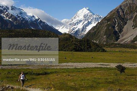 Hikers below Aoraki (Mount Cook), 3755m, the highest peak in New Zealand, Te Wahipounamu UNESCO World Heritage Site, Aoraki (Mount Cook) National Park, Southern Alps, Mackenzie Country, South Island, New Zealand, Pacific