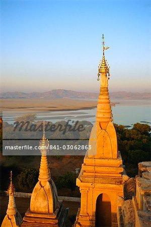 Lawkahtipan Pagoda and the Irrawaddy River, Bagan (Pagan), Myanmar (Burma)
