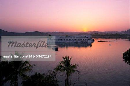 The Lake Palace Hotel on Lake Pichola at sunset, Udaipur, Rajasthan, India, Asia