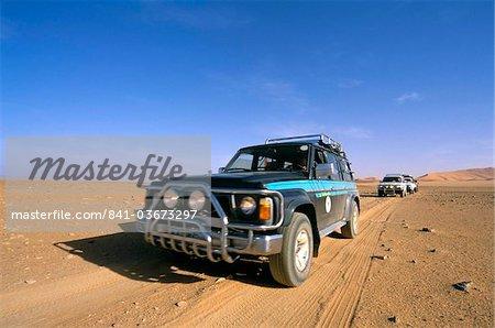 Jeeps driving through desert, Erg Murzuq, Sahara desert, Fezzan, Libya, North Africa, Africa