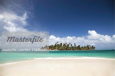 Diablo Island (Niatupu) in San Blas Islands seen from the beach of Dog Island, Caribbean Sea, Panama, Central America