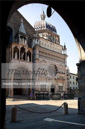 Colleoni Chapel through Archway, Piazza Vecchia, Bergamo, Lombardy, Italy, Europe