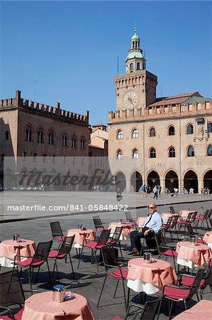Palazzo D'Accursio (Palazzo Comunale) (Town Hall) and cafe tables, Piazza Maggiore, Bologna, Emilia Romagna, Italy, Europe
