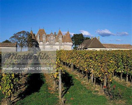 Chateau de Monbazillac and vineyard near Bergerac, Dordogne, Aquitaine, France, Europe