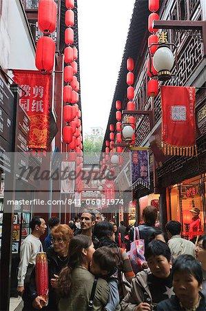 Shopping in the Yu Yuan (Yuyuan) Bazaar, Shanghai, China, Asia