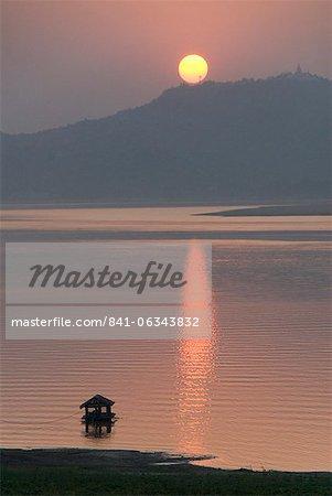 Sunset, Ayeyarwaddy River, Bagan (Pagan), Myanmar (Burma), Asia