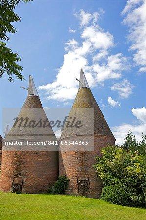 Oast houses (hop kilns) designed for kilning (drying) hops, Sissinghurst, Kent, England, United Kingdom, Europe