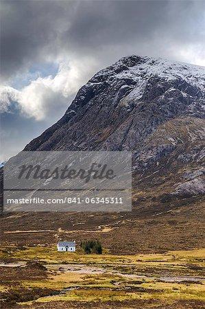 Single small cottage and Buachaille Etive Mor, Rannoch Moor, Glencoe, Highland Region, Scotland