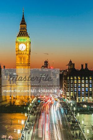 Big Ben (the Elizabeth Tower) and busy traffic on Westminster Bridge at dusk, London, England, United Kingdom, Europe