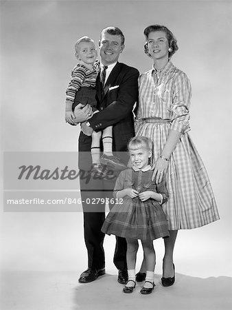 1950s FULL LENGTH PORTRAIT OF FAMILY