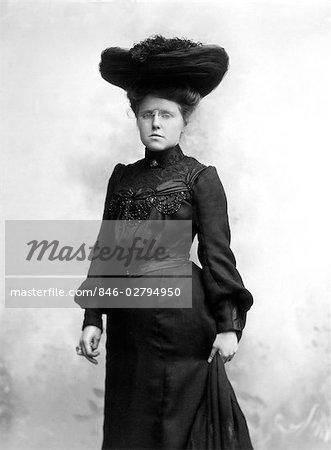 1880s 1890s SEPIA PORTRAIT OF WOMAN WEARING BLACK DRESS LARGE HAT