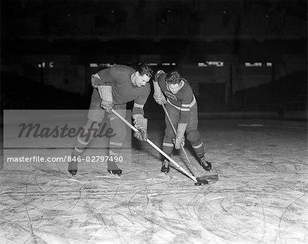 ICE HOCKEY PLAYERS PUCK 1950s