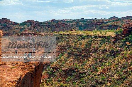 Australia, Northern Territory, Watarrka (Kings Canyon) National Park. Hikers on the canyon's edge. (PR)