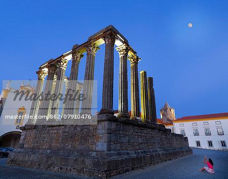 Portugal, Alentejo, Evora, Roman temple of Diana at dusk  (MR)