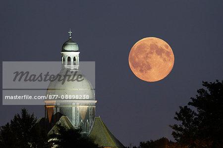 France, Seine et Marne. Provins. Super moon 2014. Biggest full moon of the year 2014. Moonrise over Saint-Quiriace church