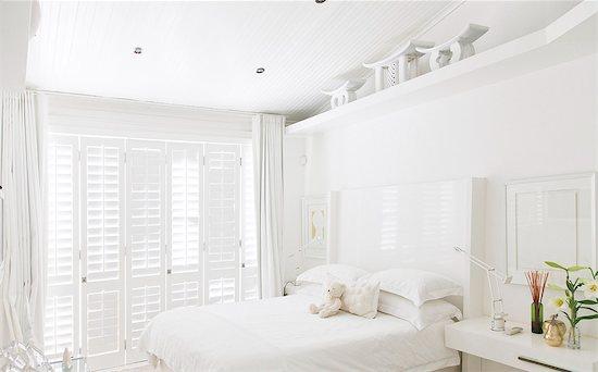 White bedroom Stock Photo - Premium Royalty-Free, Image code: 6113-07147499