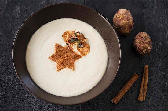 Cream of Jerusalem artichoke soup with cinnamon Stock Photo - Premium Royalty-Free, Image code: 659-08513181