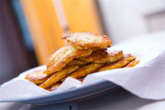 Potato rösti on kitchen paper Stock Photo - Premium Royalty-Free, Image code: 659-03533120