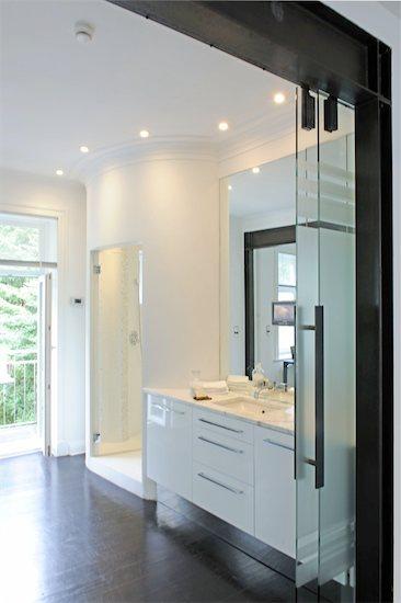 Modern bathroom Stock Photo - Premium Royalty-Free, Image code: 689-05611784